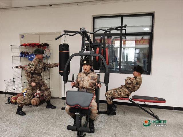 驻守在海拔4900多米的塔克逊边防连官兵,在阳光温棚内进行锻炼。