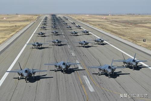 美军某机场的F-35机群
