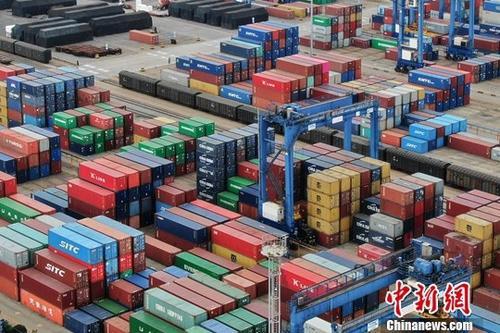 资料图:江苏连云港一处集装箱货运码头。中新社记者 泱波 摄