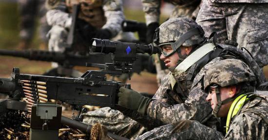 美军机枪兵使用配备AN/PAS-13瞄具的M2HB重机枪打靶训练。
