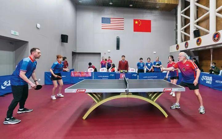 4月10日,中美选手参加乒乓球友谊赛