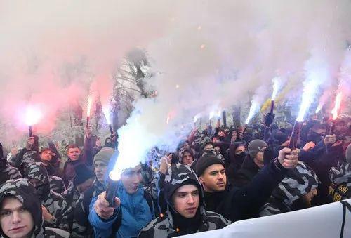 ▲乌克兰极右翼整体11月26日在基辅举走集会声援乌克兰海军。(法新社)