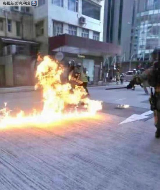 暴徒抛掷汽油弹灼伤港警 图自央视信息客户端