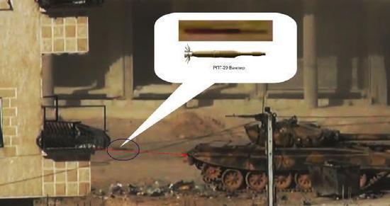 图为叙利亚战场上即将命中T-72M1坦克的RPG-29火箭弹。