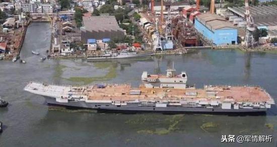 维克兰特号的其中一次下水,甲板未完善