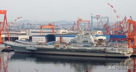 """首艘国产航母002型与""""辽宁舰"""""""