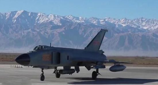 吾军歼-8F携带侦察吊舱