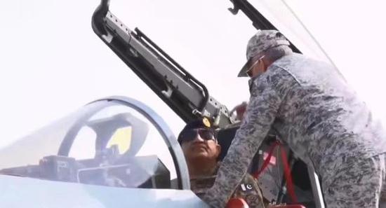 巴基斯坦陆军参谋长参不益看歼10C