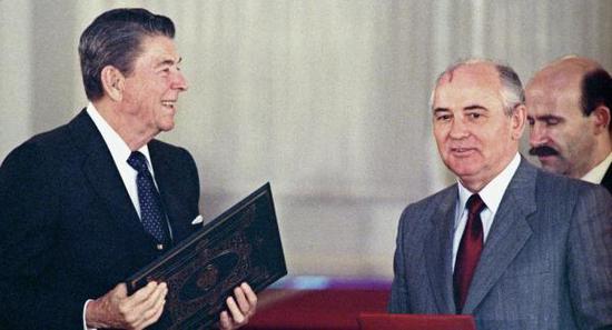 1987年《中导条约》签署现场,谁是赢家一目了然