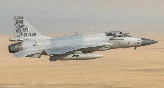 沙特空军飞走员。测试枭龙战斗机