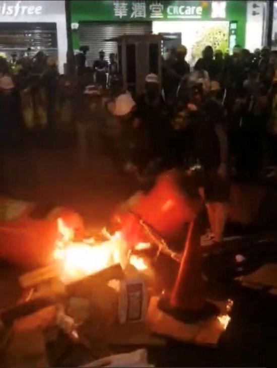 暴徒4日在铜锣湾纵火(图源:网络)