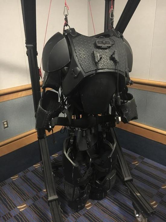 美军:明年开始试验动力装甲 与钢铁侠差不多(图)钢铁侠动力装甲美军军事