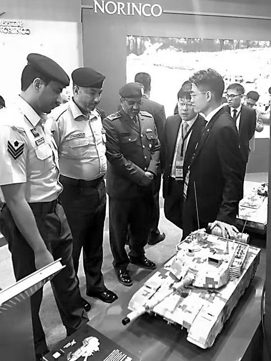外军代外听取中国坦克性能介绍