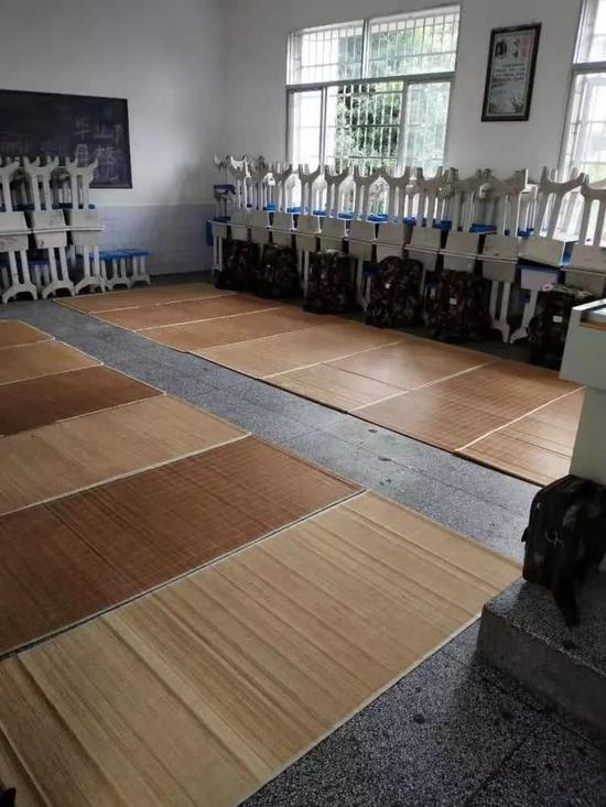 衡山县城西完小教室,成为武警官兵抗洪抢险的临时住处。