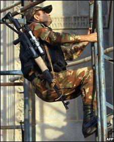 而特栽部队……图为正在酒店附近吞没制高点的印度海军特栽部队士兵