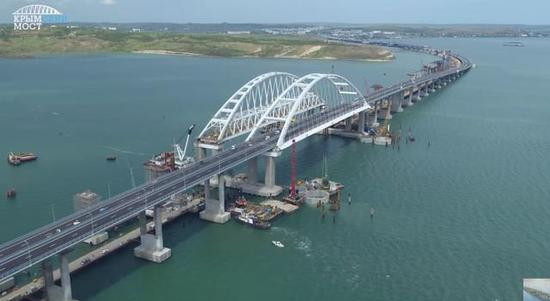 图为建设中的刻赤海峡大桥。
