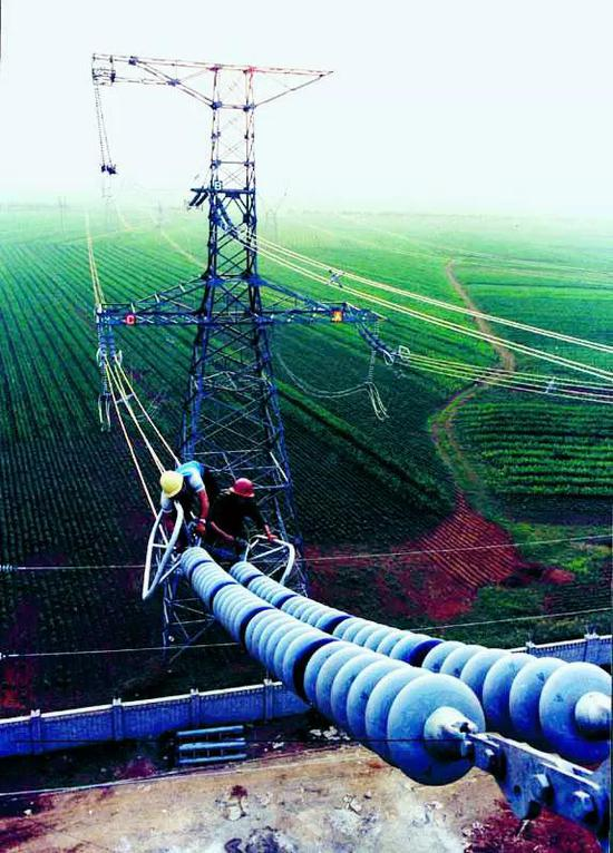 (图为元锦辽海输电线路的工程现场。《国家电网报》王世平 摄)