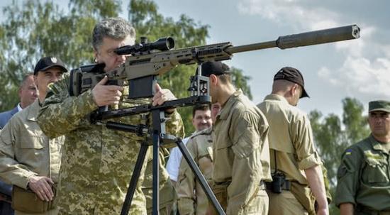 乌克兰总统波罗申科视察美国狙击步枪