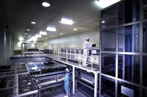 图为佳能的蒸镀机设备一角,一台设备几乎就要占据一间厂房。