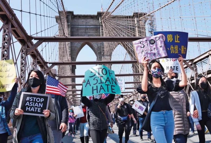 """4月4日,反对""""亚裔仇恨""""的游行队伍走过美国纽约的布鲁克林大桥"""