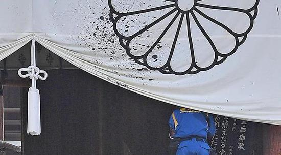 日媒:疑似一名中国男子在靖国神社内泼墨后被捕