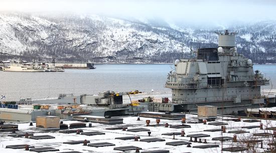 砸倒在俄唯一航母甲板上的起重机