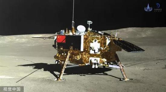▲在月球背面,玉兔二号巡视器全景相机对嫦娥四号着陆器成像。