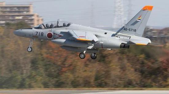 """日本航空自卫队""""中间航空支援群的""""T-4教练机在入间机场着陆"""
