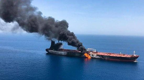 图片显示1艘油轮在阿曼湾遇袭起火