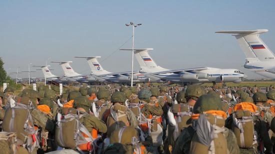 俄军在克里米亚大规模空降演习 出动40架伊尔76(图)