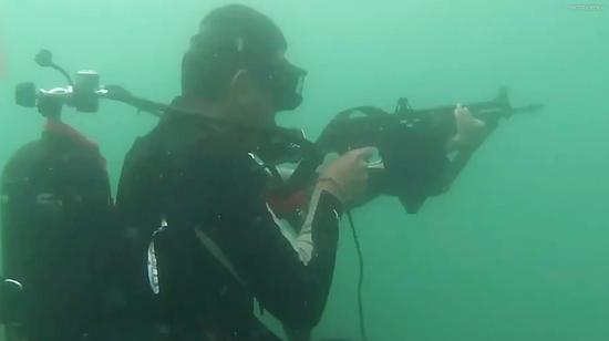 美媒关注中国精锐蛙人部队演练:似乎用商业潜水装备插图