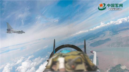 我军20余架战机在台湾海峡训练 歼10、歼11飞越中线插图(1)