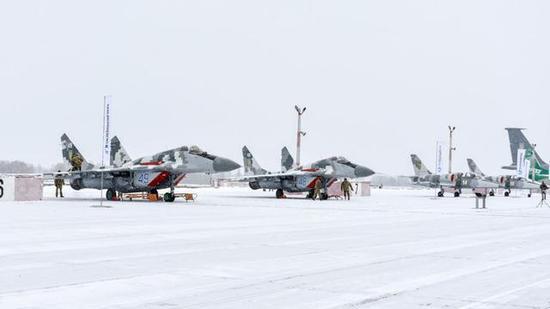 乌克兰授与一批升级改装的战机