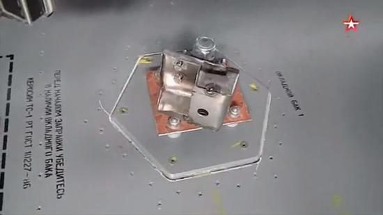 底座的六边形和添油口的盖子十足相符