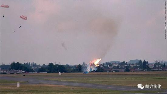 """▲ 1999年在巴黎坠毁的""""蓝色01""""号苏-30MKI,固然坠毁是飞走员的操作托大,却也表现了矢量喷口并异国那么无所不及"""