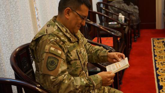 玻利维亚少校迪亚斯在看《孙子兵法》。胡雨薇摄