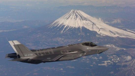 F-35A飞越富士山。