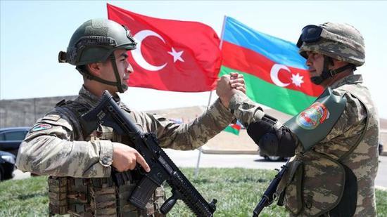 土耳其和阿塞拜疆联合军演中的两军士兵