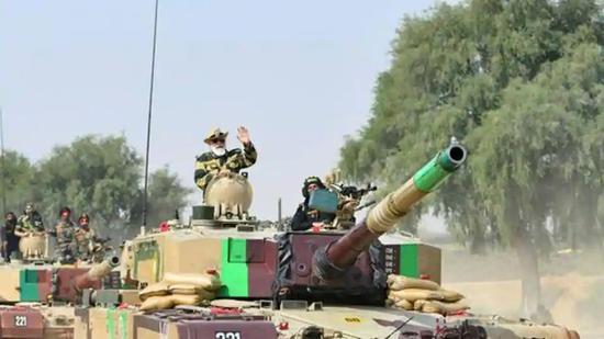 """印度总理莫迪乘坐印军""""阿琼""""主战坦克"""