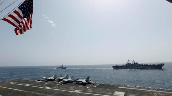 """在阿拉伯海巡弋的美国海军""""林肯""""号航母战斗群"""