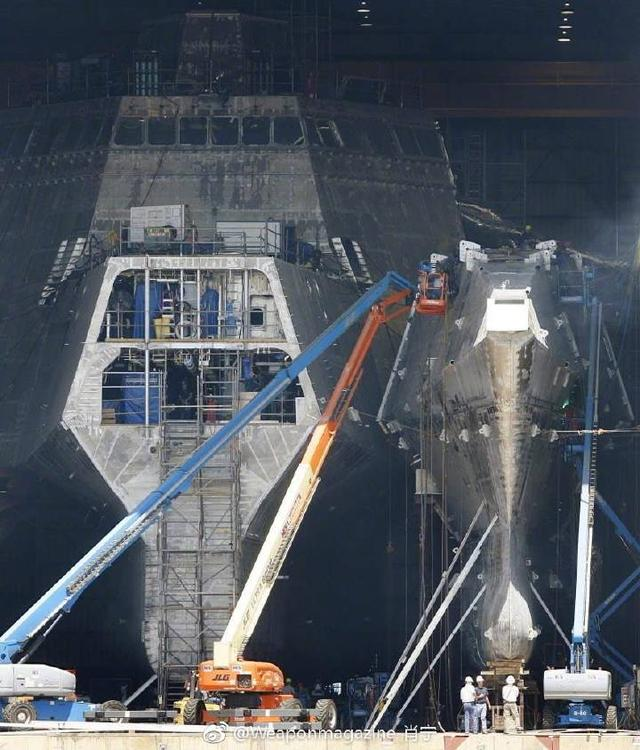 自力级濒海战斗舰正在安设舰艏