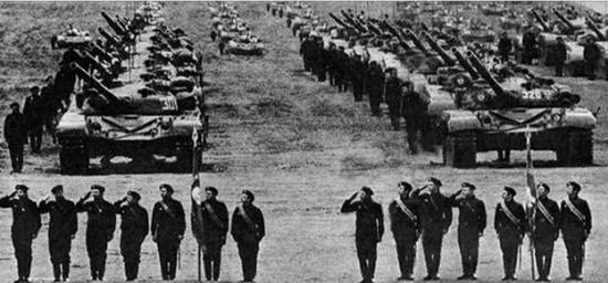 检阅中的苏军坦克部队