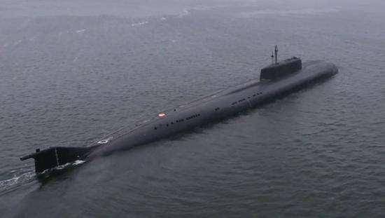 俄核潜艇试射导弹 击中350公里外舰船瞬间燃起大火