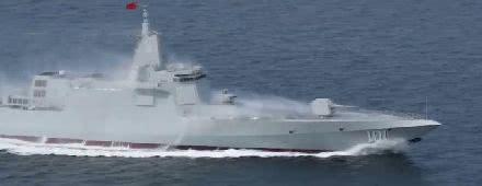 高速航行的055舰已现威武姿态