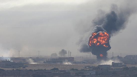 2019年10月12日,从土耳其边境可以看到,叙利亚城镇拉斯埃恩发生爆炸,升起滚滚浓烟。图片来源:视觉中国