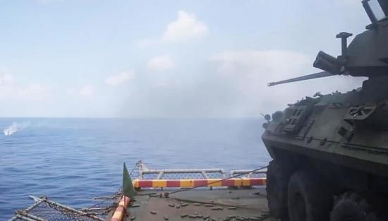 固定在舷侧升降机上进行打靶训练的LAV-25装甲车。