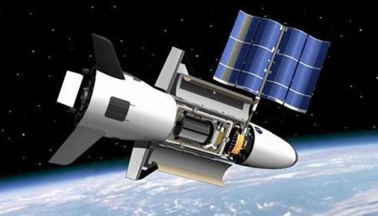 """图为在轨道上""""开舱""""的X-37B航天飞机。"""