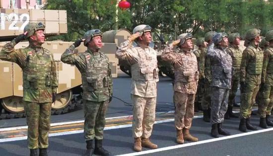 解放軍換裝新式迷彩服 外表上難以判別所屬軍種(圖)
