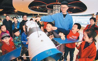4月21日,山东航天电子技术研究所举行开放日活动。图为工作人员进行现场讲解。新华社发