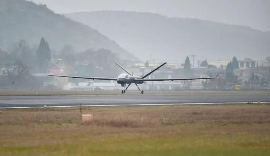 """始飞现场 图片来自""""航空工业"""""""